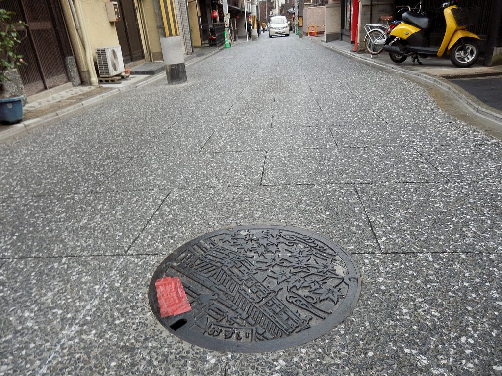 Manhole in KamiShichiken
