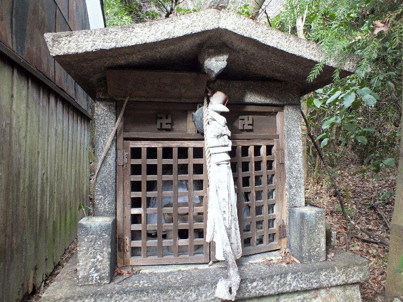 関蝉丸神社境内の延命地蔵